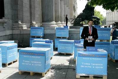Rajoy presenta las firmas al Congreso 2006